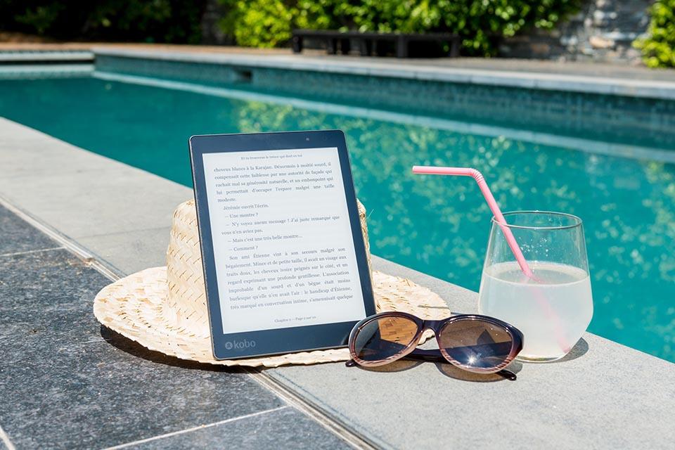 liseuse-piscine-détente-lecture